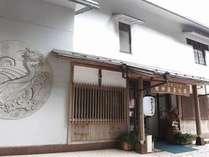 お泊りの「別館」から川を挟んである「龍神温泉元湯」源泉かけ流しをお楽しみください