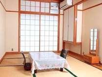 7.5畳の和室。川沿いですので窓を開けると川の流れが聞こえます。