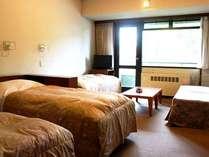 東館洋室定員4名様。各部屋から蔵王の山々がご覧いただけます。