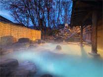 ■露天風呂■コバルトブルーが美しい自慢の露天風呂。硫酸塩泉タイプのお湯は、お肌も美しく整えてくれます