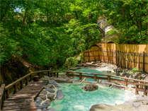 渓流のせせらぎ、木の葉のそよぐ音…。自然に包まれる安らぎ。『蔵王温泉大露天風呂』