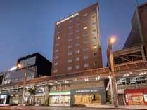 ホテル外観(夜):11階建て、茶色のタイル張りの建物です。(国道157号線沿い)
