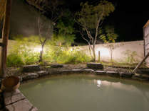 *露天風呂(夜)/白濁の硫黄泉をお楽しみ下さい