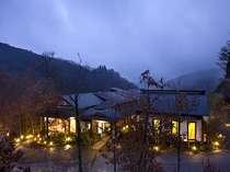 外観写真(冬期)。夜には絶景の星空が広がる