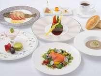 夕食一例。オープンキッチンから供される上高地フレンチ(スタンダード)