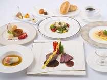 夕食一例。オープンキッチンから供される上高地フレンチ(グレードアップ)