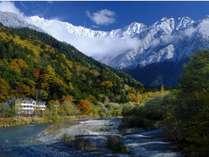 紅葉と雪化粧した穂高連峰と上高地ルミエスタホテル