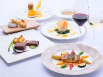 オープンキッチンで作られる本格フランス料理のディナー。ワインも常時100種類以上ございます。