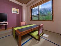 和室~お部屋にごろんと寝転んで上高地の風景を眺められます。
