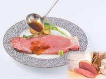 ディナーより、低温でじっくりロゼに焼き上げた国産牛ロース肉を山葵ソースで
