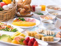 朝食ブッフェ~安曇野産コシヒカリのおかゆや目の前で調理するオムレツが人気です。