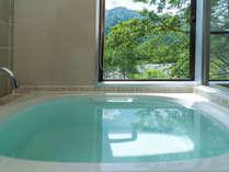 展望風呂付ツインルームのお風呂。天然温泉と上高地の景色を同時に楽しめます。