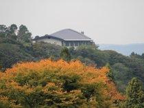 秋の風景と山暖簾外観