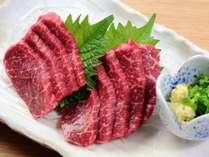 夕食一例。霜降り馬刺しは当館一押し料理です。馬肉のなかでも質の良い部位を厳選して仕入れます。