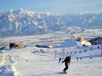 ゲレンデからは越後三山を筆頭に美しい雪山がご覧いただけます!ゲレンデも幅広でとても滑りやすいです♪