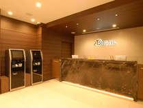 [フロント]明るく清潔感溢れるフロントでお客様をお出迎えします。