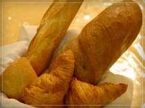 朝食時、パンはフランス産の小麦、バター、塩を使ったクロワッサンやバケット等を朝焼き立てで。お土産にも