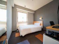 無駄な物がが無いシンプルなお部屋です!140cmのセミダブルベッドです