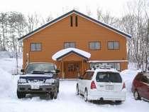 【宿の外観】ふかふか、さらさらな雪に包まれたやまゆきかわゆき。