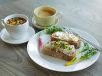 十勝産の無農薬食材にこだわって手作りしたご朝食は一品一品手作りしております。