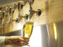 1階のカフェ&バーではオリジナルの「旅のはじまりのビール」や全国各地のクラフトビールを生で飲めます♪