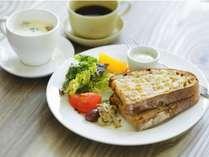 朝食一例。十勝産の有機小麦を100%使用した風土火水のパン、十勝産の有機野菜、スープ、オニバスコーヒー