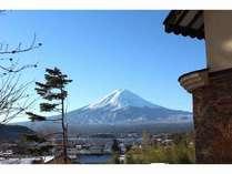 富士山と河口湖が正面に眺められる建物の横のウッドデッキからの富士山と湖
