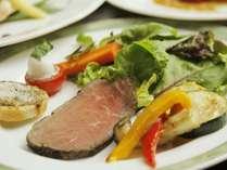 地元の有機野菜にアルガンオイルを使って調理したサラダ仕立てのオードブル☆ローストビーフも手作り♪