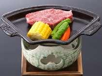 追加料理『牛肉の陶板焼きステーキ』 当館人気NO.2!旨味汁したたるこだわりの一品。1人前3,240円