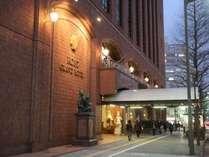 夕暮れの江陽グランドホテル前の歩道。