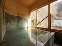 趣のある天然石造り 貸切風呂「沢桔梗」