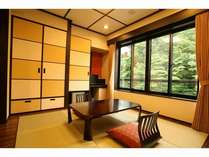 琉球畳の客室から窓の外の緑が美しい(和室12畳)