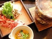 良質なお肉と地元野菜を使ったすき焼き。アツアツを新鮮な玉子にからめて召し上がれ。