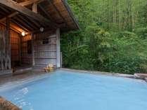 「竹林の湯」。自然の姿そのままの竹林に囲まれ、柔かい白濁の湯をお愉しみください。