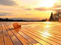 露天風呂「天空の湯」。赤く染まる夕暮れ時の天空の湯は心に残る絶景です。