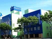 当ホテルに向かい、右側が別館、左側がフロントがある本館でございます。
