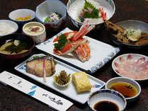 <ご夕食例>旬の魚介類の刺身を中心に、蒸物・焼物・煮物などがつくコース。お部屋食です。