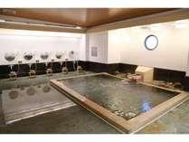 【2F 大浴場】広々とした大型檜風呂に浸かって日頃の疲れた身体を癒して下さい♪