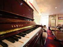 ロビーではピアノの自動演奏が流れる時間があります。