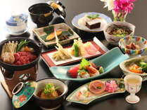 料理長自慢の旬彩料理はお夕食はお部屋でお召し上がりください。