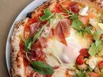 【ご夕食】素材の味を生かしたピザは焼きたてを召し上がれ(お二人で1枚です)。