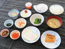 【朝食】お客様の健康を考え、魚や野菜を中心とした和定食でご提供