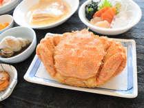 【夕食】ウトロ産のカニを毎日提供する分だけ仕入れ、その都度解凍しているため味は確かです。