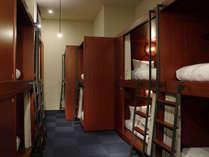 男女共用ドミトリー:セキュリティBOXや遮光カーテンを設え、相部屋特有のストレスを軽減しております。