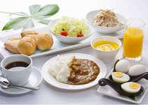 無料朝食!パン・コーンスープ・ごはん・カレー・キャベツ・ゴボウサラダ・ゆで卵・コーヒー・ジュース