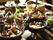 囲炉裏を囲んで季節の鍋料理と懐石料理を