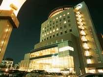 夜のホテル外観…パーティーや結婚式の2次会で賑わいを見せます。