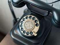 スイートルームには、レトロでかわいい電話。