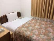 シングルルーム セミダブルベッドでごゆっくりお休みください