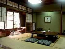 ≪本館≫落ち着きと静寂につつまれた8から12畳の和室です。